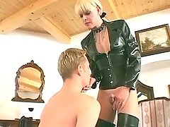 Depraved tranny fucks dude in mouth